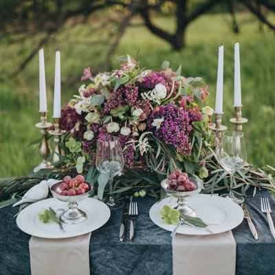 Outdoor green wedding photo session decor