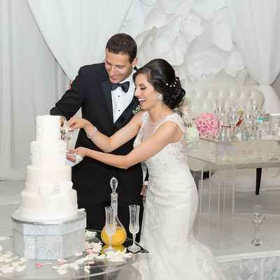 White overseas wedding cakes