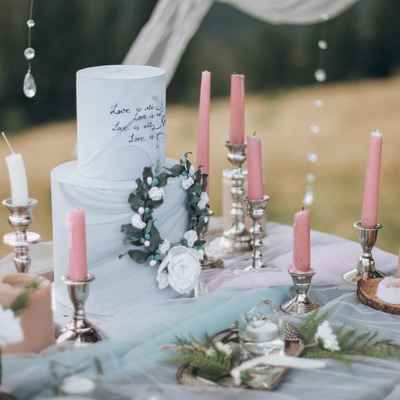 Blue outdoor wedding photo session decor