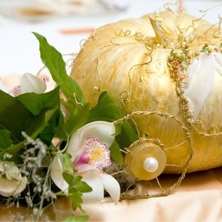 Golden details in wedding decor
